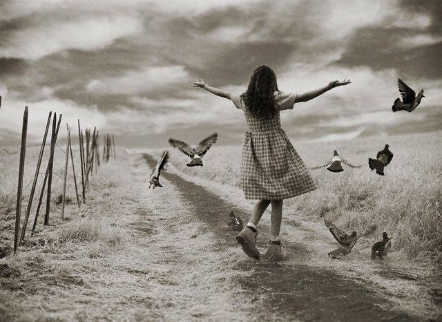 деввочка играет в поле